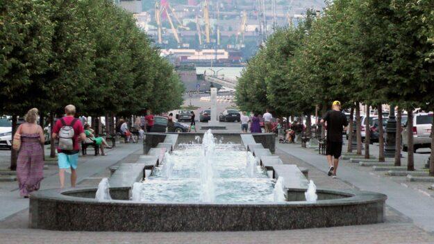 Каскадный фонтан на ул. Новороссийской Республики