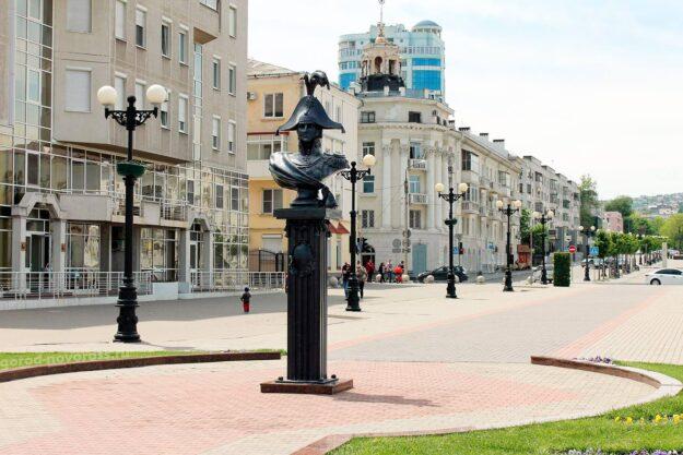 Памятник-бюст адмиралу Лазареву