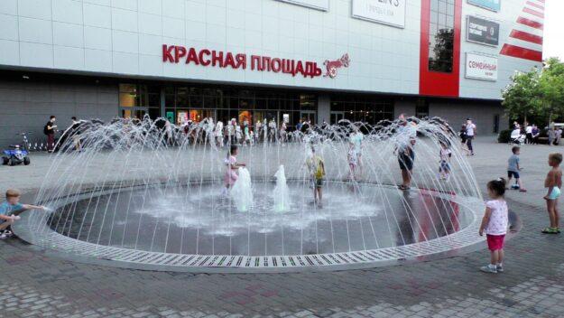 Фонтан у входа в ТРЦ Красная площадь