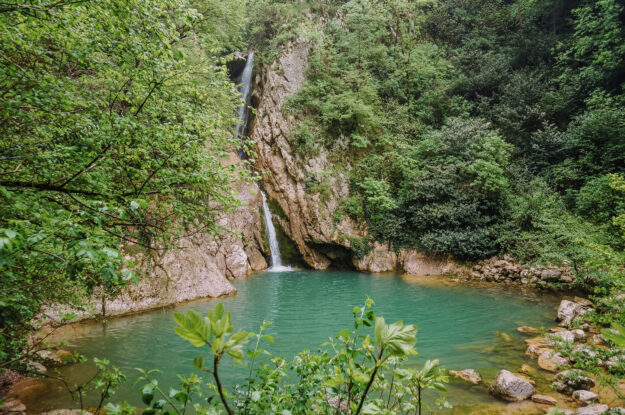 По Агерским водопадам